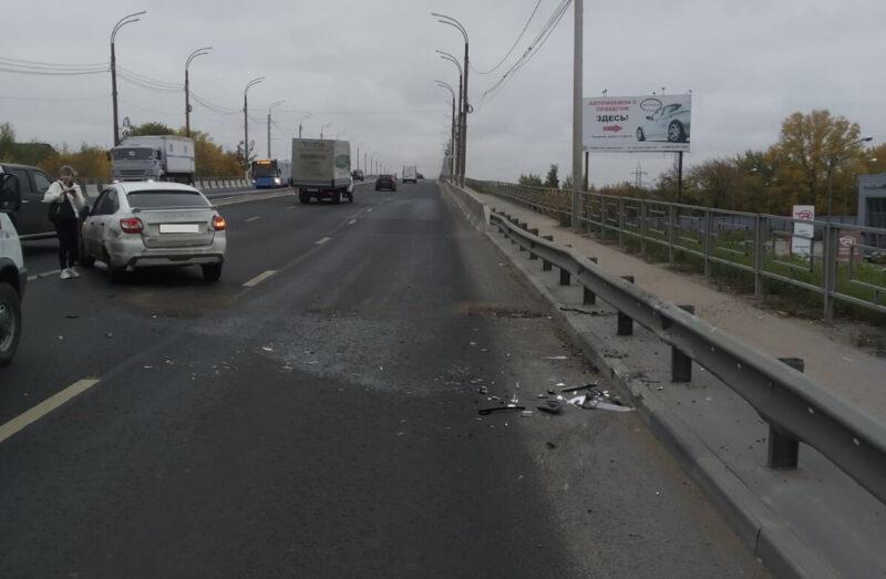 На Восточному мосту в Твери автомобиль Лада Гранта врезался в отбойник