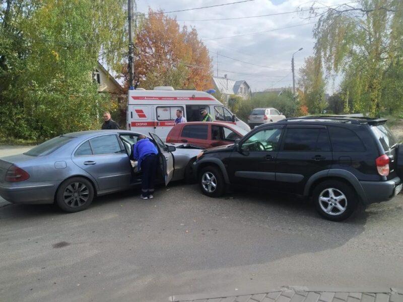 В Твери при столкновении трех машин пострадали два человека