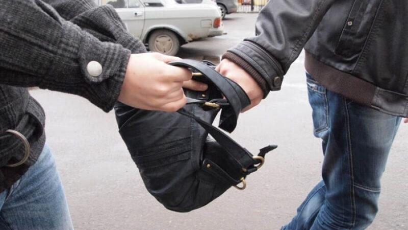 У жителя Тверской области рецидивист на улице отобрал барсетку с деньгами