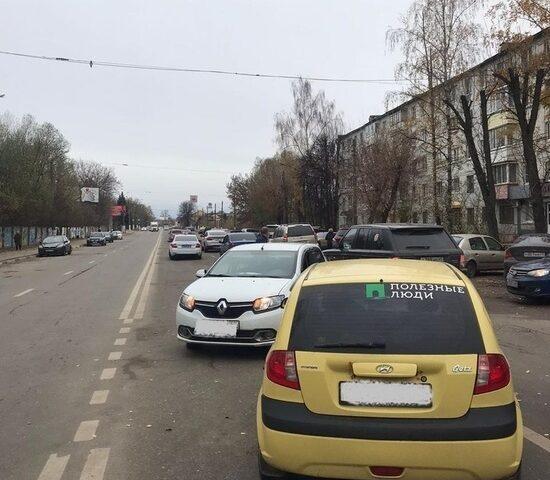 В Твери водитель хотел развернуться из правой полосы, но врезался в попутный автомобиль