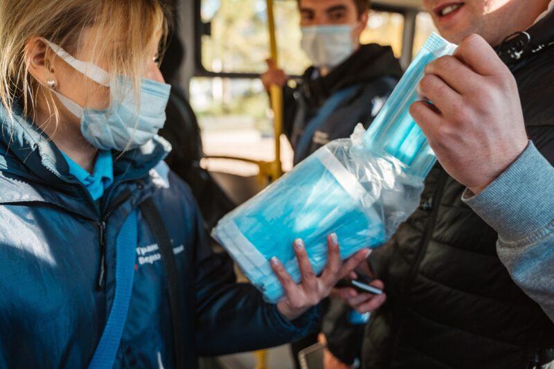 В тверских автобусах пассажирам раздают маски