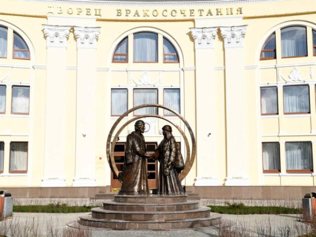 Михаил Тверской и Анна Кашинская украшают сквер перед новым ЗАГСом