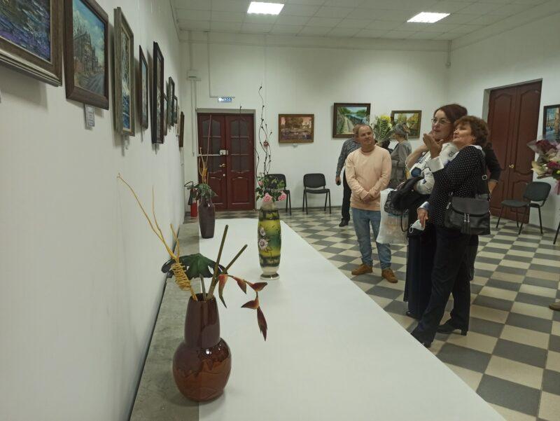 Художница разыграла картину на открытии персональной выставки в Вышнем Волочке