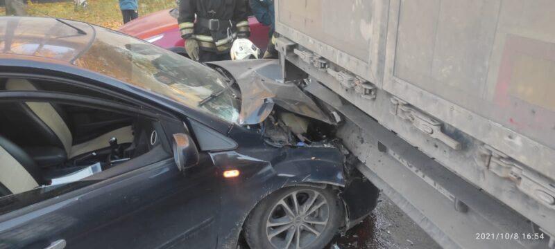 В Твери легковушка врезалась в припаркованный автомобиль