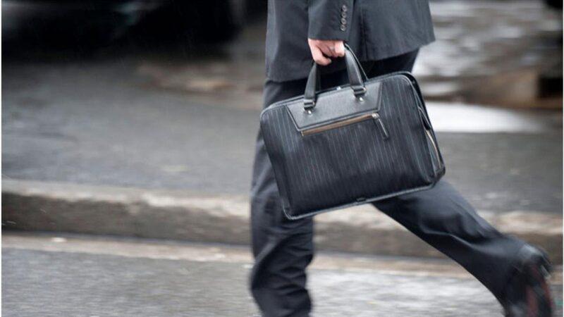 Воришка умело украл сумочку у автомобилиста в Лихославле